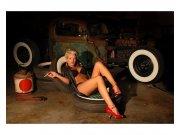Flis foto tapeta Djevojka v garaži MS50311 | 375x250 cm Foto tapete